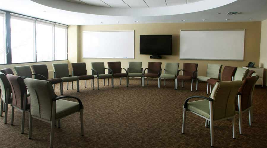 Chaska outpatient addiction treatment center group room